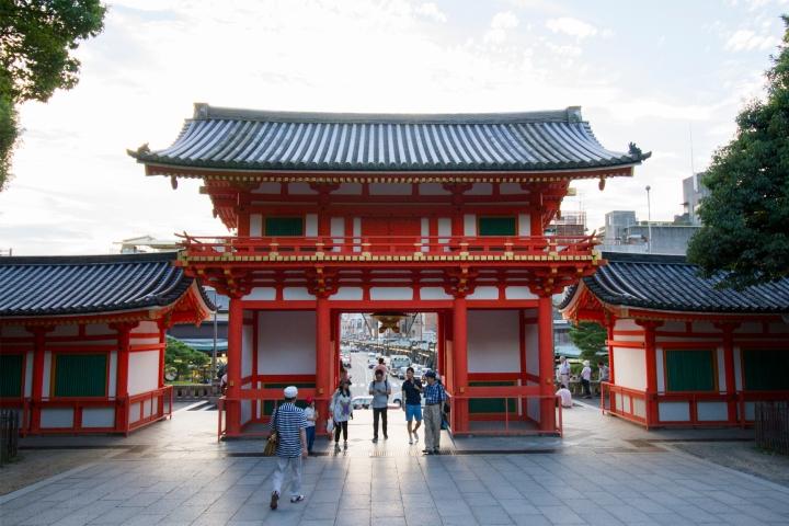 YasakaShrine_Entrance_01